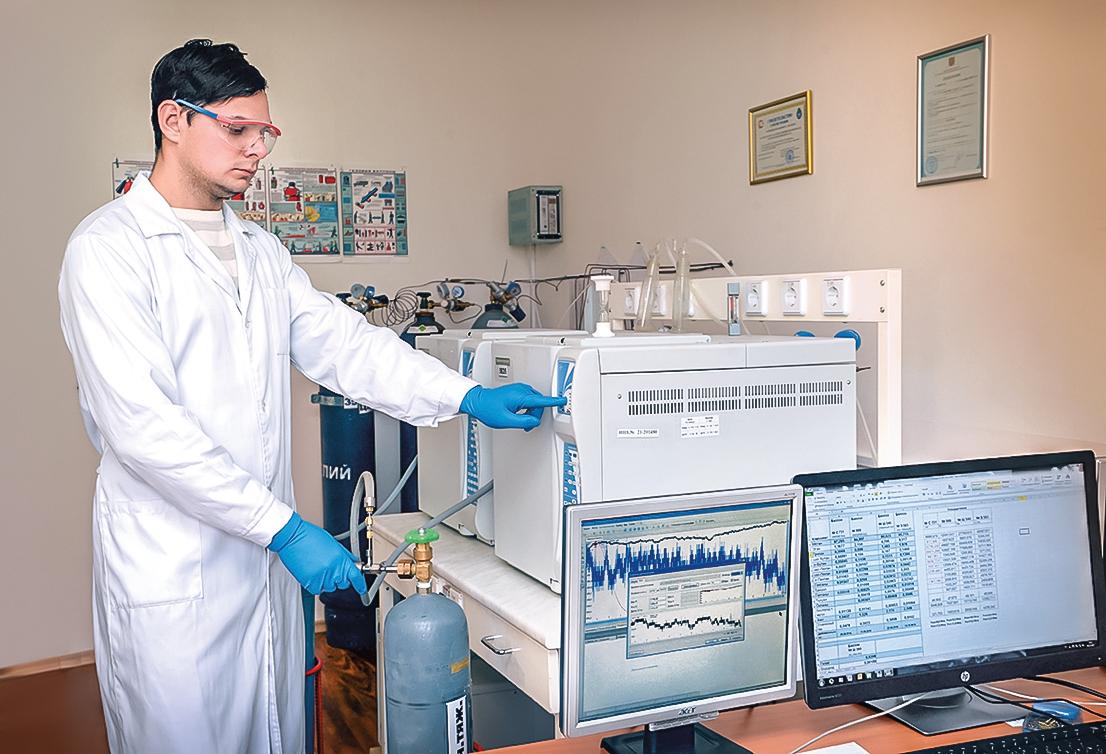 Сотрудник лаборатории у хроматографа
